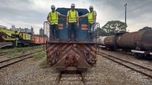 Uma das locomotivas adquiridas pela ONG. Na foto: Paulo Henrique do Nascimento, Welder Silva e Carlos Alberto Guimarães.