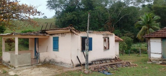 Sítio Beija-flor, furtado e a casa incendiada.