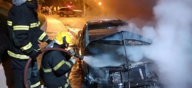 Bombeiros apagando as chamas. Foto: O Vigilante Online.
