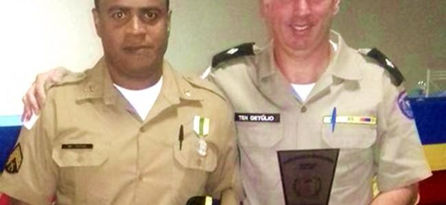 Sargento Vinícius recebendo homenagem das mãos do tenente Getúlio.