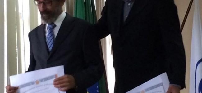 Zé Maria Barros e João Dólar com seus diplomas.
