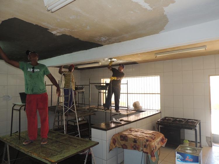 Pedreiros na cozinha da E.M João Damasceno Ferreira.
