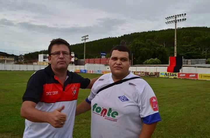 Caíque Willians com diretor do Ribeiro Junqueira. Foto: Arquivo.