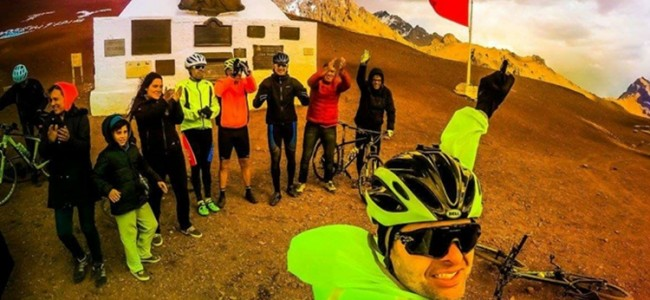 Ciclistas na divisa entre a Argentina e Chile.
