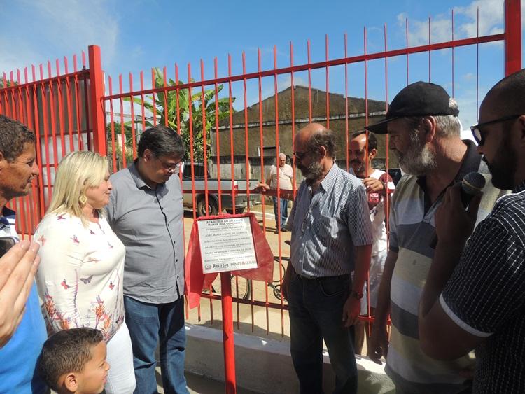 Placa sendo lida pelo mestre de cerimônia, Pierre de Souza.