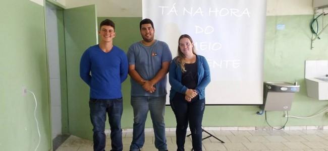 Secretário João Guilherme Ferreira (ao centro) e assessores.