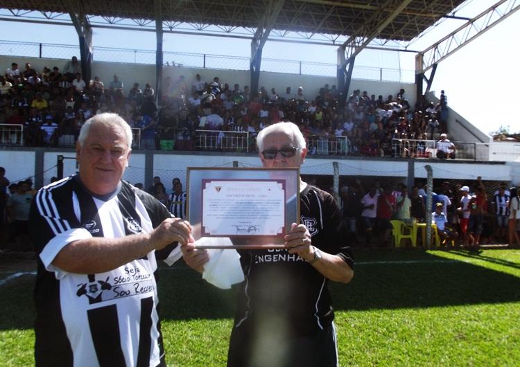 Manoel Antônio e Sr. Guaraci com a homenagem.
