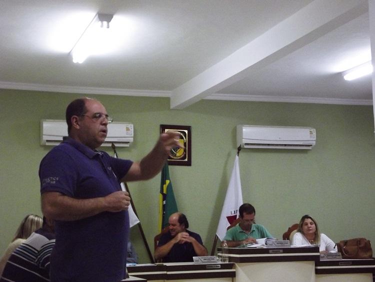 Comerciante, Lázaro Ferreira, falando aos policiais.
