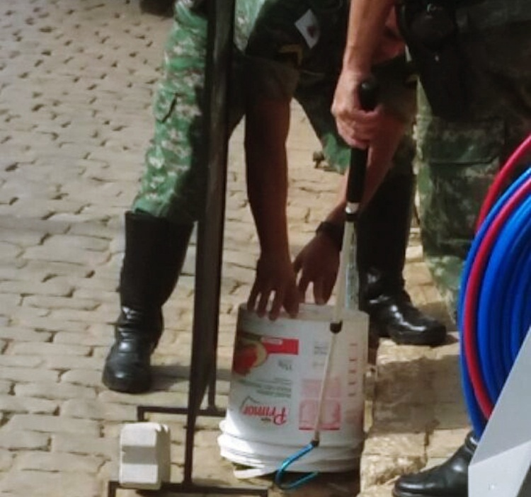 PM Ambiental capturando a cobra.