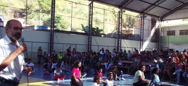 Prefeito em evento na E.M João Damasceno Ferreira.