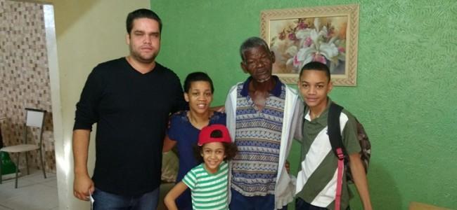 Secretário de Desenvolvimento Social, Diego; Sr. Pedro Paulo e seus familiares.