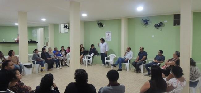 Artesãos reunidos no CRAS com a Economia Solidária de JF.