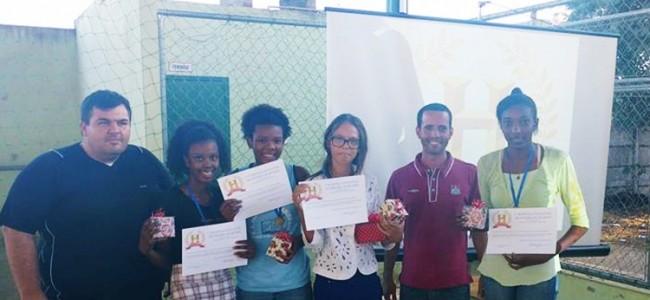 Prof. Anderson Arleu e prof. Leonardo Ribeiro com as quatro finalistas.