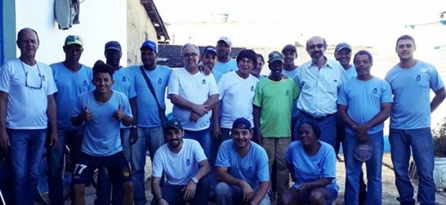 Jiquiri ao centro de camisa verde com equipe do SAAE e o prefeito.
