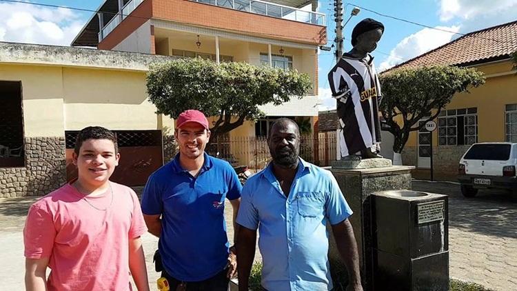 Luiz Henrique e secretário Juarez com fornecedor de material da reforma do manequim.