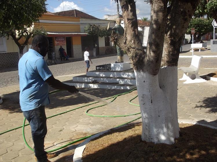Secretário Juarez molhando as gramas recém plantadas.