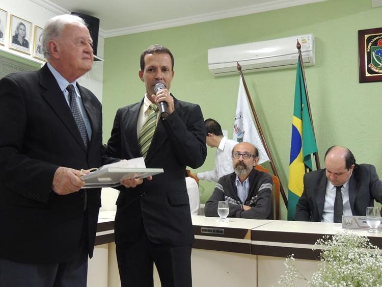 Dr. Antônio Brito recebendo homenagens.