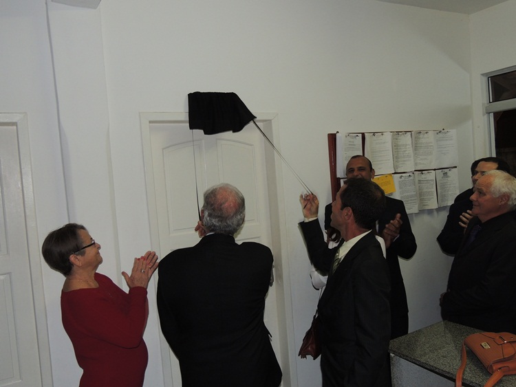 Placa da sala da assessoria jurídica sendo descerrada.