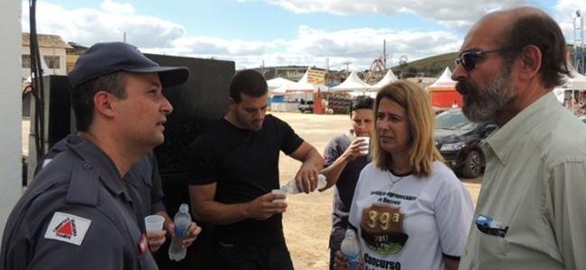 Sargento Jonieldis conversando com Zé Maria Barros e Daniela Cardozo.