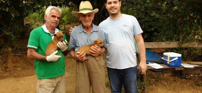 Agentes Darci e o veterinário do NASF, Mateus Ribeiro, com morador de área rural ao centro.