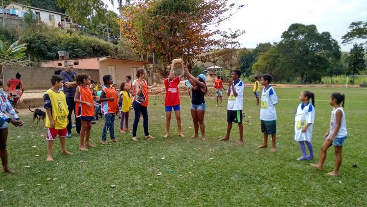 Estudantes no campo de Conceição.