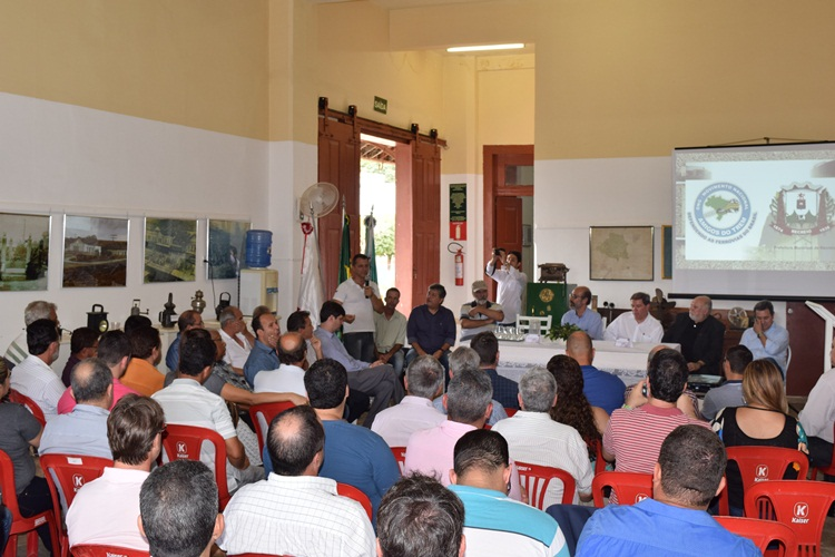 Paulo Henrique da ONG Amigos do Trem apresentando as metas.