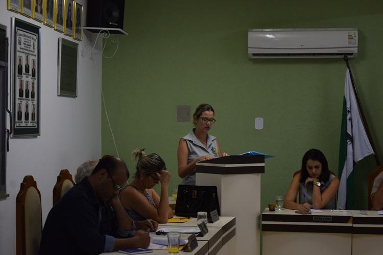 Drª Walquíria Barcellos lendo relatório.
