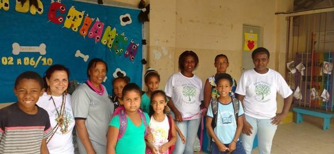 Futura equipe da Usina com as crianças da escola.