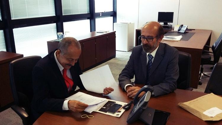 Secretário analisando projeto de Recreio.