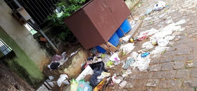 Lixo espalhado ao lado da lixeira. Foto: Márnio Jatobá.