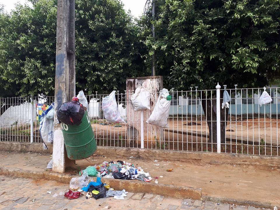 Lixo espalhado em frente ao colégio.