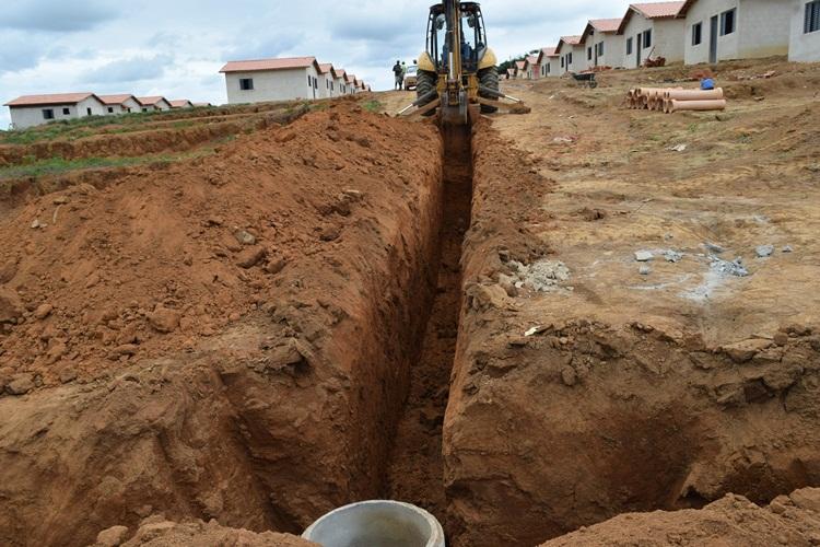 Rede de esgoto em construção.