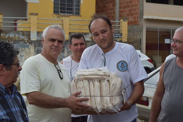 Presidente do Lar dos Velhos recebendo doações do venerável da Loja Maçônica.