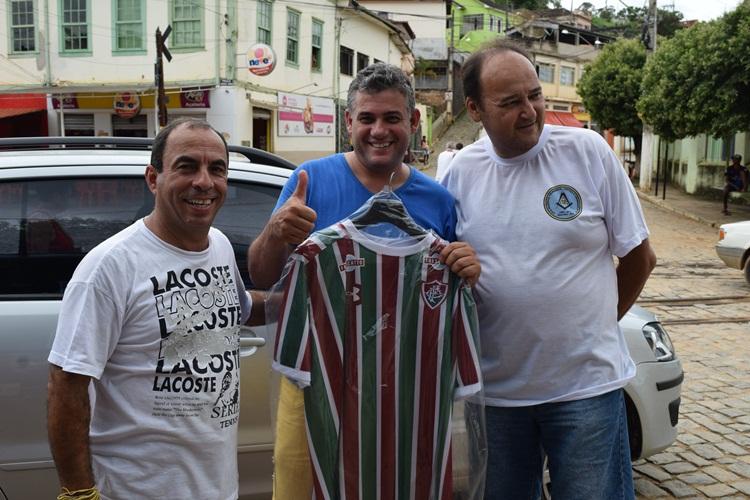 Sorteado recebendo camisa do Fluminense.